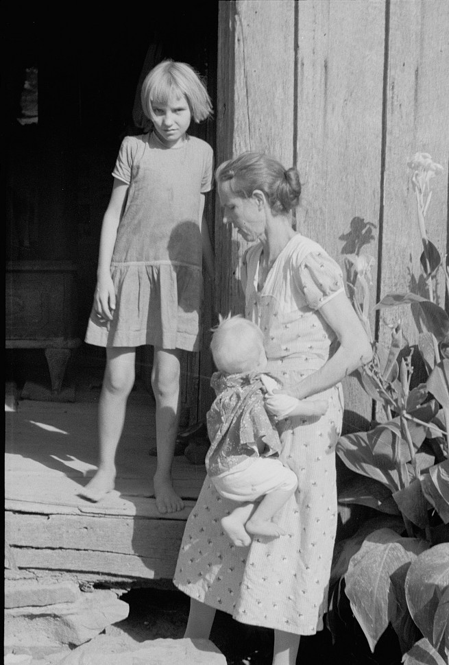 Skyline farms 1935 - mother with children temporary home