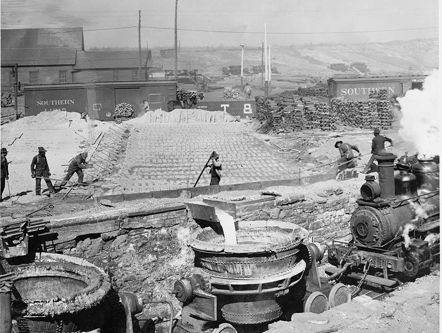 Birmingham, Slag run and filling slag pots Sloss City furnaces 1906 photo by Detroit Publishing Company