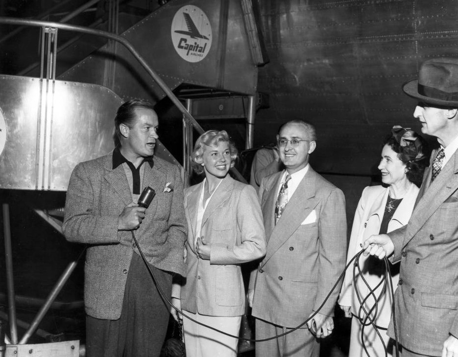 Bob_Hope_and_Doris_Day_at_the_airport