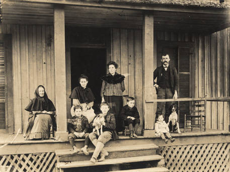 Family_on_the_porch_of_a_house_in_Sand_Mountain_a_community_in_Bibb_County_Alabama