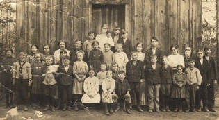 Students_standing_in_front_of_a_oneroom_schoolhouse_in_Randolph_Alabama