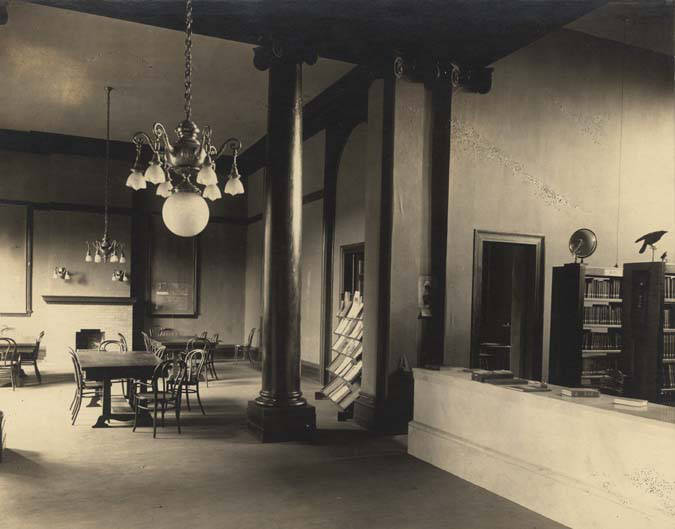 Interior_of_the_public_library_in_Troy_Alabama