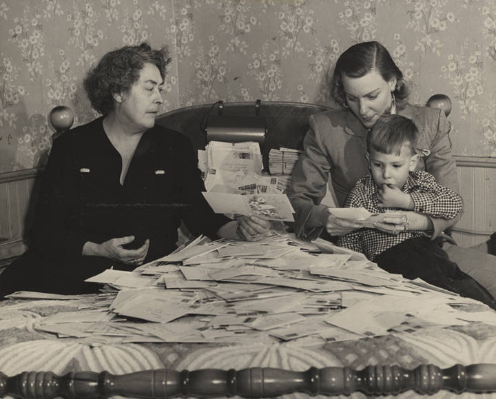 Lillie_Stone_Audrey_Williams_and_Hank_Williams_Jr_seated_on_a_bed_while_looking_through_letters_and_cards_received_after_the_death_of_Hank_Williams_Sr