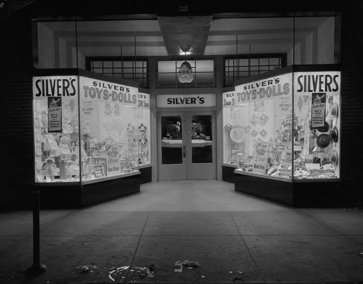 Christmas_window_display_of_toys_at_the_Silvers_store_at_7173_Dexter_Avenue_in_Montgomery_Alabama