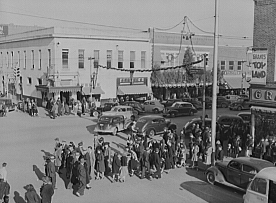 Crowd Christmas shopping on December 21, 1940 in Gadsden by photographer John Vachon - Library of Congress