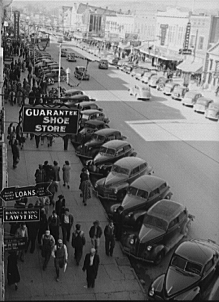 Crowd Christmas shopping on December 21, 1940 in Gadsden by photographer John Vachon2 - Library of Congress