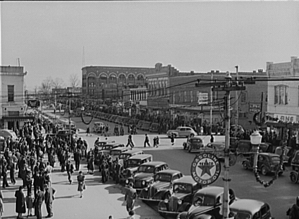 Crowd Christmas shopping on December 21, 1940 in Gadsden by photographer John Vachon5 - Library of Congress