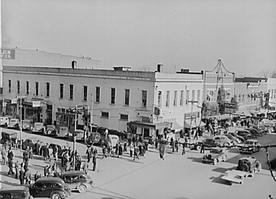 Crowd Christmas shopping on December 21, 1940 in Gadsden by photographer John Vachon6 - Library of Congress