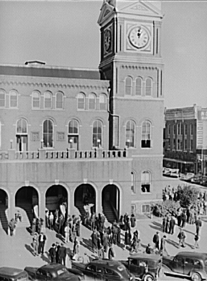 Gadsden, Courthouse Saturday afternoon in 1940, by John Vachon Photographer - Library of Congress