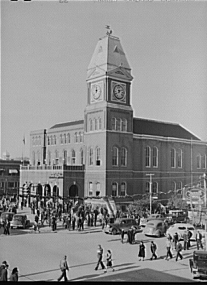 Gadsden, Courthouse Saturday afternoon in 1940, by John Vachon Photographer2 - Library of Congress