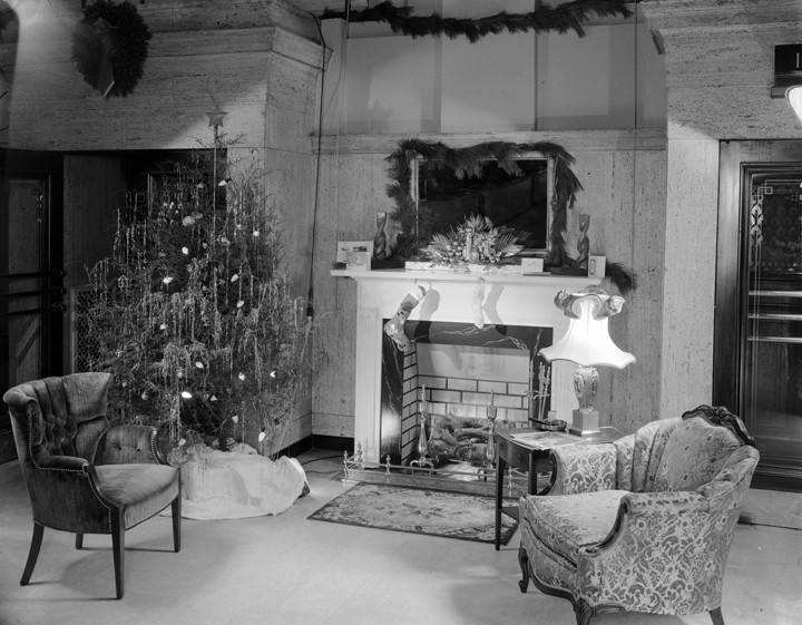 Interior_of_the_First_National_Bank_in_Montgomery_Alabama_decorated_for_Christmas (1)