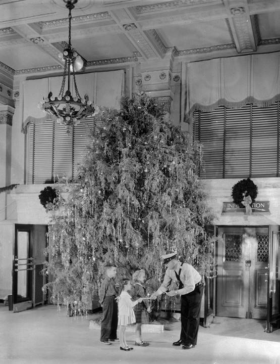 Interior_of_the_First_National_Bank_in_Montgomery_Alabama_decorated_for_Christmas