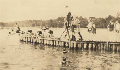 Swimmers_diving_off_a_pier_in_Fairhope_Alabama