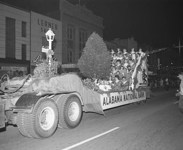 Alabama_National_Bank_float_in_the_Christmas_parade_on_Dexter_Avenue_in_Montgomery_Alabama