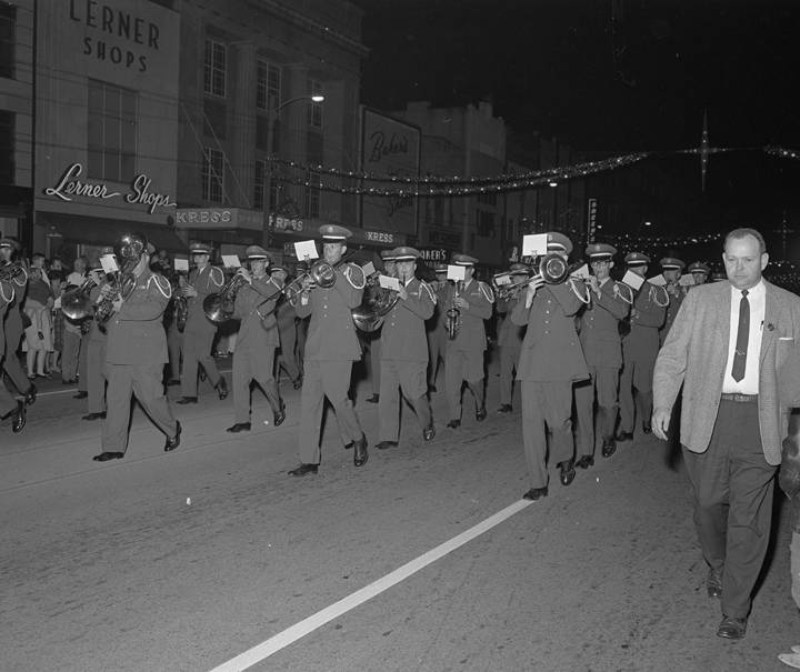 Band_performing_in_the_Christmas_parade_on_Dexter_Avenue_in_Montgomery_Alabama