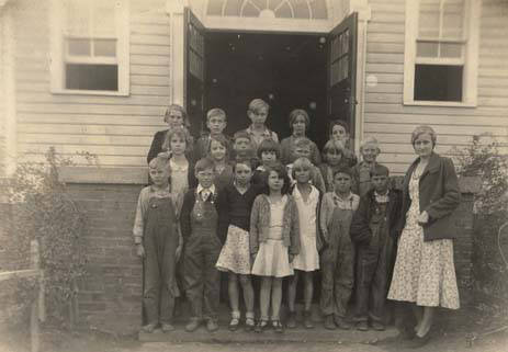 Fourth_grade_class_on_the_front_steps_of_a_school_in_Weogufka_Alabama