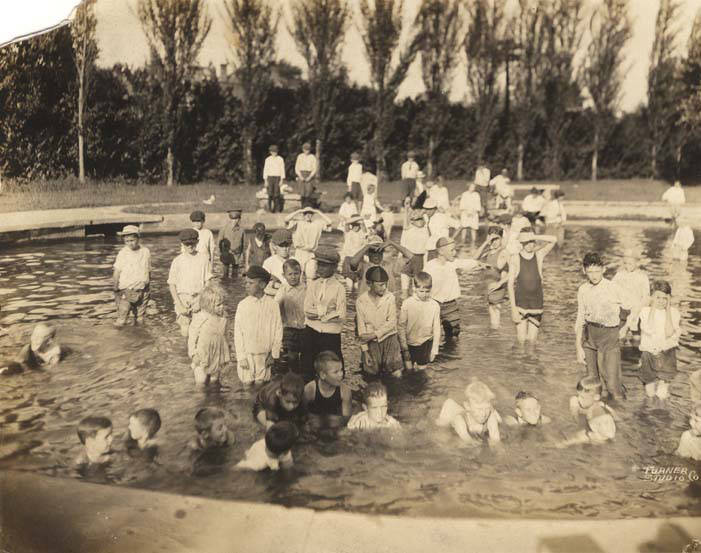 Children_in_a_wading_pool_at_Avondale_Park_in_Birmingham_Alabama