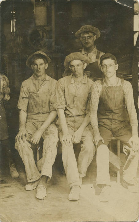 Four_unidentified_male_laborers_possibly_in_Birmingham_Alabama Q70387