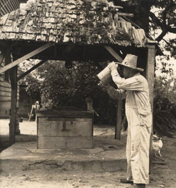 Man_drinking_well_water_from_a_bucket Q8940