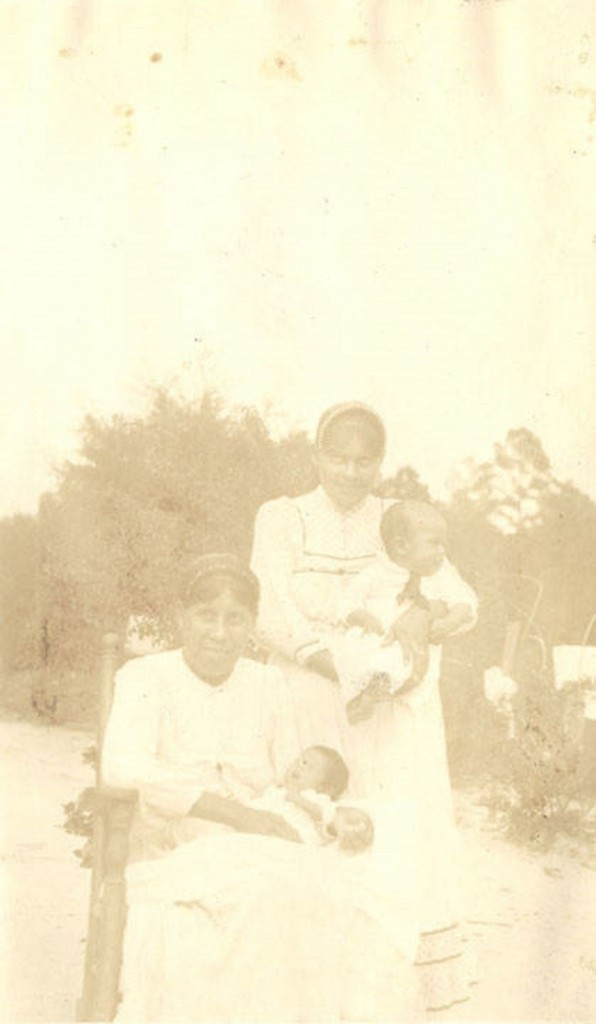 Choctaw Indian woman and babies Q8977