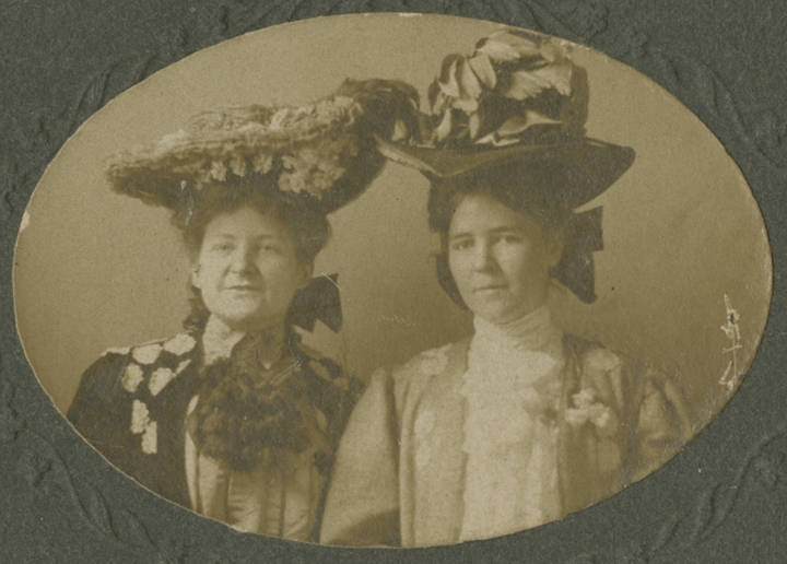 Two_unidentified_women_in_Birmingham_Alabama 1900-1909 - by Up to Date Photo - Birmingham Q70325