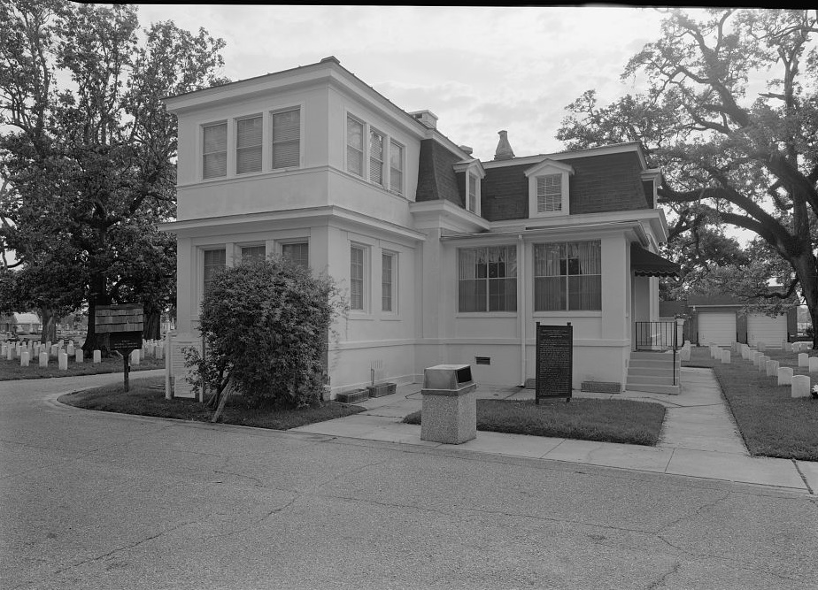 WEST SIDE AND FRONT OF LODGE BUILDING. VIEW TO EAST. - Mobile National Cemetery,