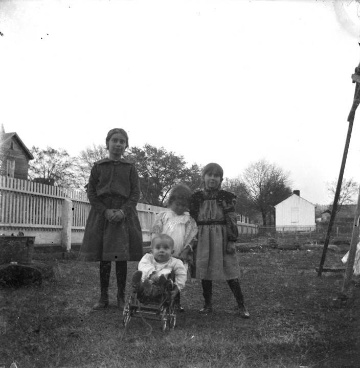 Four_children_in_the_yard_of_a_house_in_Montevallo_Alabama