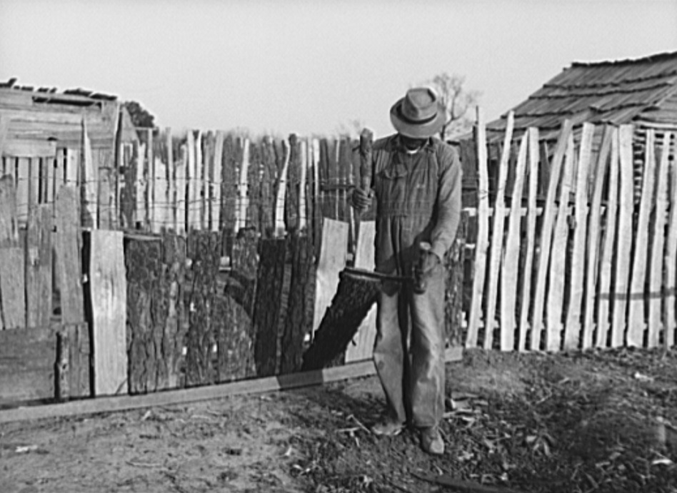 Splitting wood at Gee's Bend in 1937