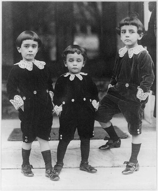 Children wearing velvet suits inspired by Little Lord Fauntleroy style ca. 1909 (Library of Congress)