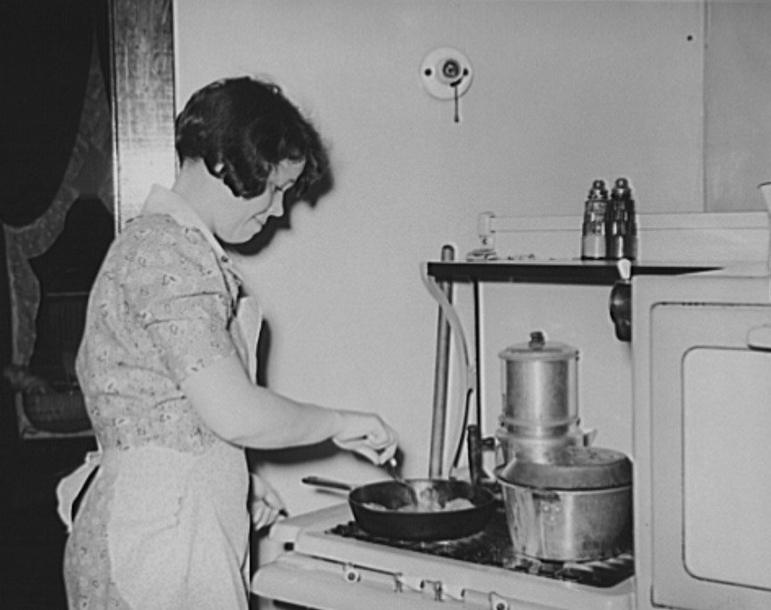 Mrs. Short cooks dinner 1938 (Library of Congress)