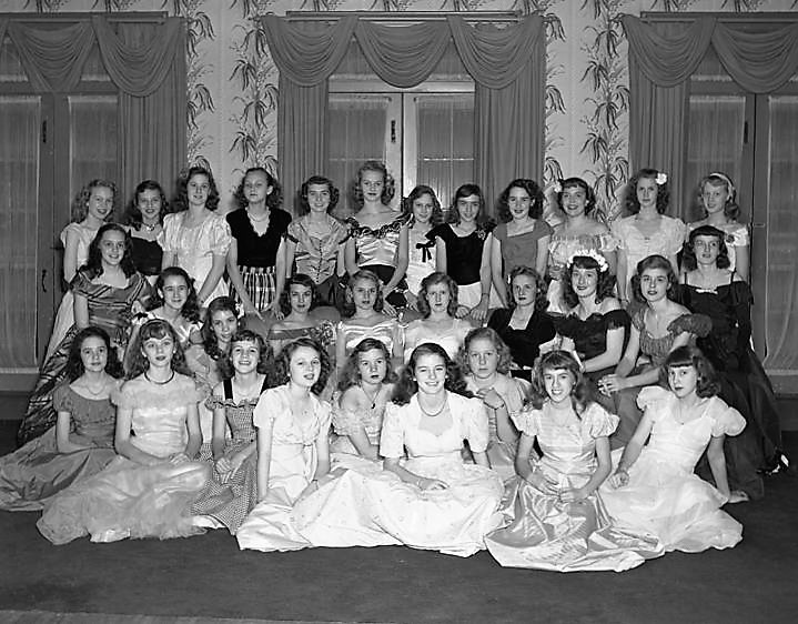 Delta Phi sorority members, possibly from Huntingdon College, at the Montgomery Country Club in Montgomery, Alabama Q73531  ca. 1945 (by John E. Scott,