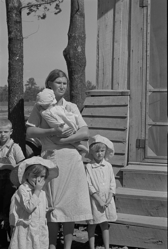 Wife and child of resettled farmer Jackson county, Alabama Sept. 1935 by Arthur Rothstein (Library of Congress)
