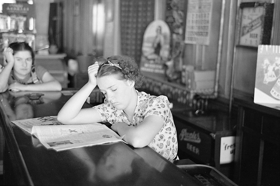 girl-reading-a-newspaper-1937-by-lee-russell-library-of-congress